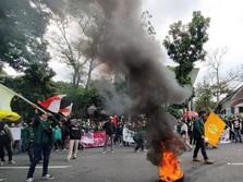 Panas! Mahasiswa Bandung Bakar Ban di Depan DPRD Jabar