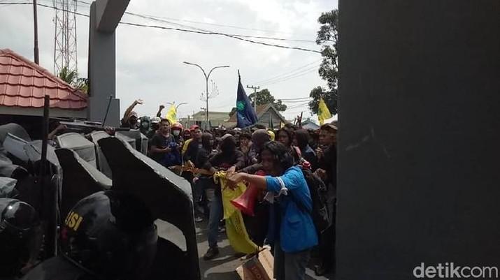 Demo tolak Omnibus Law Cipta Kerja di Parepare ricuh (Hasrul Nawir/detikcom)