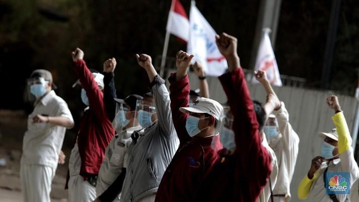 Serikat pekerja berkeliling di Kawasan Industri Cibitung-Cikarang, Bekasi, Jawa Barat, Rabu (7/10/2020). (CNBC Indonesia/Muhammad Sabki)