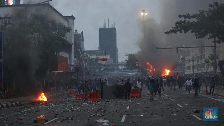 Aksi massa demo tolak Omnibuslaw berujung ricuh di kawasan Harmoni Jakarta, Kamis (8/10/2020). (CNBC Indonesia/Muhammad Sabki)