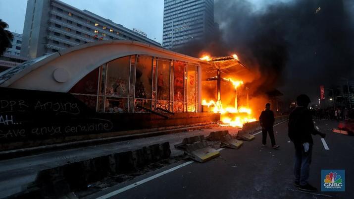 Api berkobar di Halte Transjakarta Bundaran HI. (CNBC Indonesia/Andrean Kristianto)