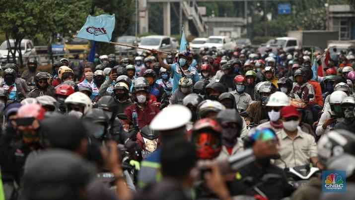 Ratusan Buruh dengan mengendarai motor dihalau polisi saat akan menuju gedung DPR untuk melakukan aksi penolakan Omnibus Law UU Cipta Kerja di bawah Flyover Senayan, Jalan Gatot Subroto, Jakarta, Kamis (8/10/2020). (CNBC Indonesia/Andrean Kristianto)
