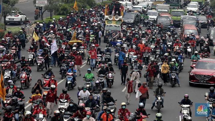 Serikat pekerja buruh di Kota/Kabupaten Bekasi melakukan aksi demonstrasi di Kantor Wali Kota Kota Bekasi, Kamis (8/10/2020). (CNBC Indonesia/ Muhammad Sabki)
