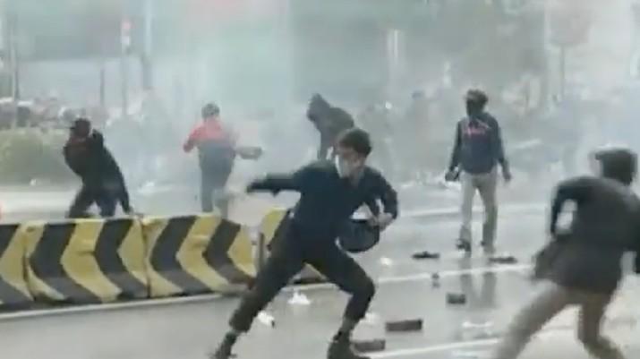 Situasi Terkini Puncak Demo Tolak Omnibus Law di Istana Negara. ist