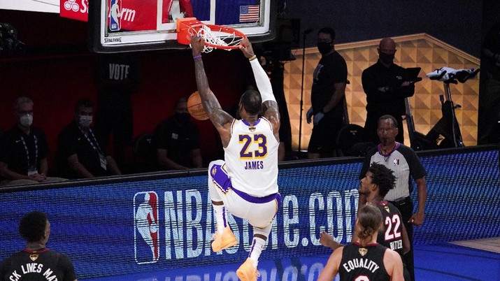 Los Angeles Lakers' LeBron James (23) dunks during the second half in Game 6 of basketball's NBA Finals against the Miami Heat Sunday, Oct. 11, 2020, in Lake Buena Vista, Fla. The Lakers defeated the Miami Heat 103-88. (AP Photo/Mark J. Terrill)
