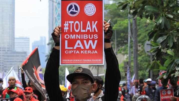 Ratusan massa buruh pengunjuk rasa yang menolak Undang-Undang (UU) Omnibus Law Cipta Kerja mulai memadati jalan Medan Merdeka Barat tepatnya depan Gedung Sapta Pesona mengarah ke Istana Negara, Jakarta, Senin (12/10). (CNBC Indonesia/Tri Susilo)