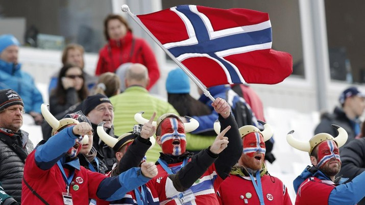 Norway fans wave their national flag and wear face paint in the colors of the flag as they wait for the start of the men's downhill at the Sochi 2014 Winter Olympics, Sunday, Feb. 9, 2014, in Krasnaya Polyana, Russia. (AP Photo/Gero Breloer)