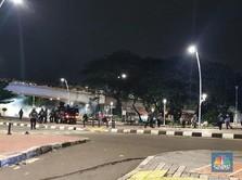 Kian Panas! Massa Lempar Batu & Petasan ke Polisi di Jatibaru