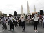 Thailand Digoyang Demo, dari Rantai Tangan ke Salam 3 Jari