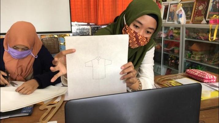 KomunitasTuli Gresik (Kotugres), kelompok masyarakat penerima manfaat CSR PT Pertamina Gas menghasilkan puluhan karya desain fesyen selama pandemi.