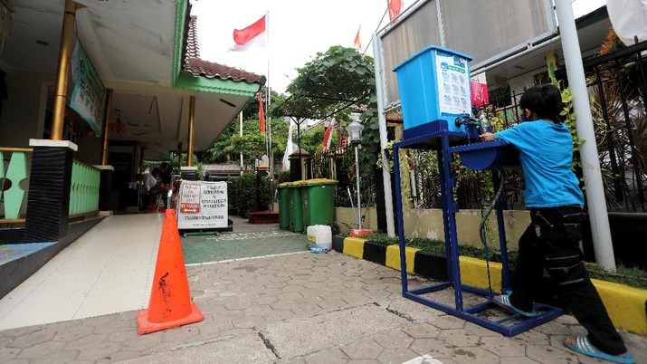 Warga Rayakan Hari Cuci Tangan Sedunia. (CNBC Indonesia/Andrean Kristianto)