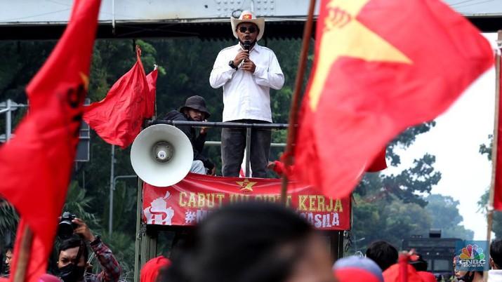 Demo Buruh Tolak Omnibus Law (CNBC Indonesia/Tri Susilo)