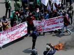 Penampakan Mahasiswa Bakar Ban di Kawasan Patung Kuda Jakpus