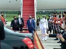 Resmi Ijakkan Kaki di RI, PM Jepang Suga Disambut Jokowi