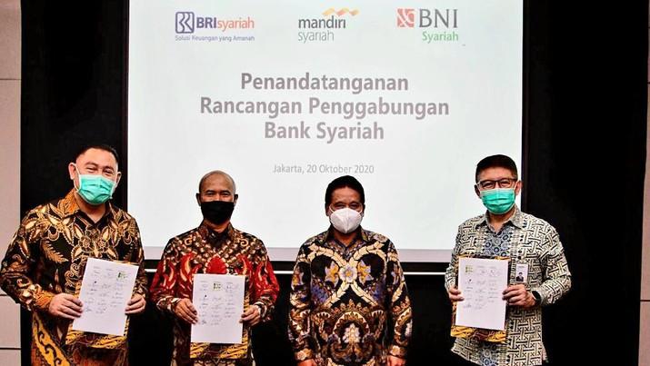 Direktur Utama PT Bank BNI Syariah, Abdullah Firman Wibowo (kiri); Direktur Utama PT Bank BRIsyariah Tbk, Ngatari (kedua kiri); dan Direktur Utama PT Bank Syariah Mandiri, Toni EB Subari (kanan); disaksikan oleh Ketua Project Management Office sekaligus Wakil Direktur PT Bank Mandiri (Persero) Tbk, Hery Gunardi (kedua kanan) dalam penandatanganan Rancangan Penggabungan Bank Syariah di Jakarta, Senin (20/10).