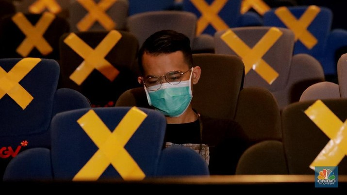Sejumlah warga menunggu jalannya film yang akan di putar diruangan studio yang sudah dibuka, di CGV Grand Indonesia di Jakarta, Rabu (21/10/2020). Sejumlah bioskop di Ibu Kota kembali beroperasi hari ini setelah mendapatkan izin dari Pemprov DKI Jakarta dengan jumlah penonton dibatasi maksimal 25 persen dari total kapasitas. CNBC Indonesia/ Tri Susilo)