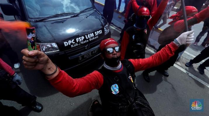 Massa buruh yang tergabung dalam Federasi Serikat Pekerja Logam Elektronik Mesin Serikat Pekerja Seluruh Indonesia (FSP LEM SPSI) mulai berdatangan ke area Patung Kuda, Jalan Medan Merdeka Barat, Jakarta Pusat, untuk melakukan aksi unjuk rasa menolak Omnimbus Law Undang-undang Cipta Kerja, Kamis (22/10/2020).   Dari pantauan dilapangan aksi mereka mengawali aksi dengan menyalakan boom smoke atau petasan asap.  Massa mendekat ke barrier kawat berduri dan beton di area Patung Kuda, Jakarta Pusat. Mereka berkumpul dan merapatkan barisan.  (CNBC Indonesia/ Tri Susilo)