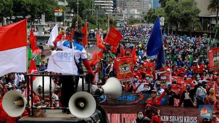 Massa dari berbagai elemen buruh berunjuk rasa dikawasan Patung Kuda, Jakarta, Kamis (22/10/2020). Sebanyak 1.500 buruh berkumpul di Patung Arjuna Wijaya untuk menyampaikan aspirasinya terkait RUU Cipta Kerja. Pihak kepolisian memperkirakan massa buruh terus bertembah hingga menjelang sore hari ini.  (CNBC Indonesia/ Tri Susilo)