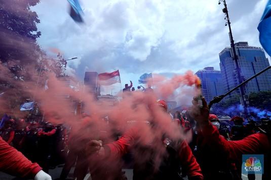 Penampakan Massa Buruh Nyalakan Boom Smoke Saat Tolak Omnibus