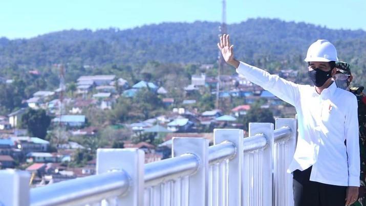 Presiden Joko Widodo saat meresmikan Jembatan Teluk Kendari. (Biro Pers Sekretariat Presiden/ Lukas)