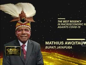 Bupati Mathius Awoitsuw Raih Penghargaan CNBC Indonesia Award