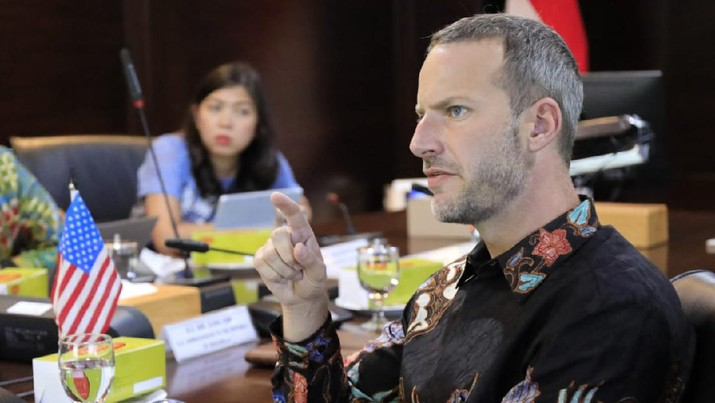 Menteri Koordinator Bidang Kemaritiman dan Investasi Luhut Binsar Pandjaitan bertemu dengan Chief Executive Officer (CEO) United States International Development Finance Corporation (IDFC) Adam S. Boehler di Jakarta pada Hari Jumat (23/10). (Dok. Kemenkomarves)
