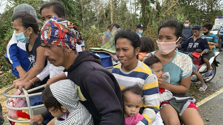 Banjir akibat Topan Molave Rendam Sejumlah Desa di Filipina. (AP/Erik De Castro)