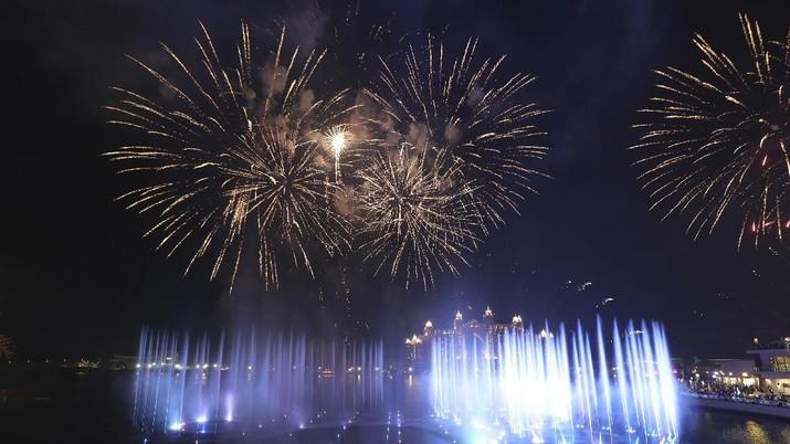 Dubai berhasil memecahkan rekor membangun air mancur terbesar di dunia. Air mancur tersebut diberi nama The Palm Fountain. (AP/Kamran Jebreili)