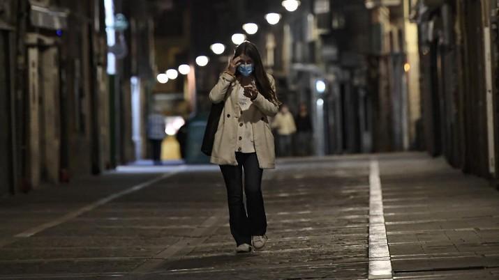 Jam malam diterapkan di Spanyol setelah hadapi lonjakan Covid-19. (AP/Alvaro Barrientos)
