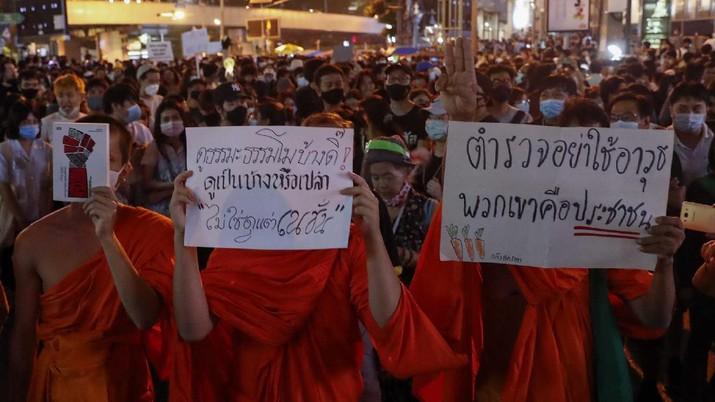 Ribuan orang berkumpul di persimpangan utama Bangkok untuk kembali menyerukan agar Perdana Menteri Thailand Prayuth Chan-O-Cha mundur. (AP/Gemunu Amarasinghe)
