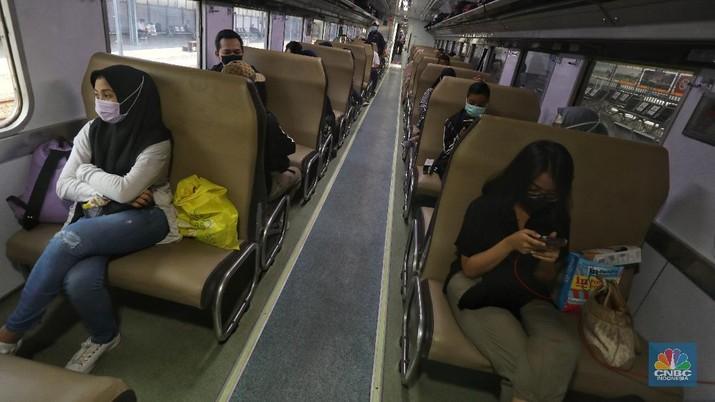 Petugas melakukan pengecekann tiket dan surat bebas covid-19 penumpang sebelum memasuki ruang tunggu keberangkatan di Stasiun Pasar Senen, Jakarta, Rabu (28/10/2020). (CNBC Indonesia/Andrean Kristianto)