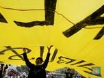 Tolak Keras Omnibus Law, Massa Buruh & Mahasiswa Bakar Ban