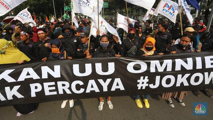 Sejumlah elemen masyarakat berdemo di kawasan Monumen Patung Arjuna Wiwaha, Jalan Medan Merdeka Barat, Rabu (28/10/2020). Kedatangaan mereka untuk menolak UU Omnibus Law Cipta Kerja. (CNBC Indoensia/Andrean Kristianto)