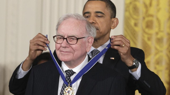 President Barack Obama presenst a 2010 Presidential Medal of Freedom to Warren Buffett, Tuesday, Feb. 15, 2011, during a ceremony in the East Room of the White House in Washington. (AP Photo/Carolyn Kaster)
