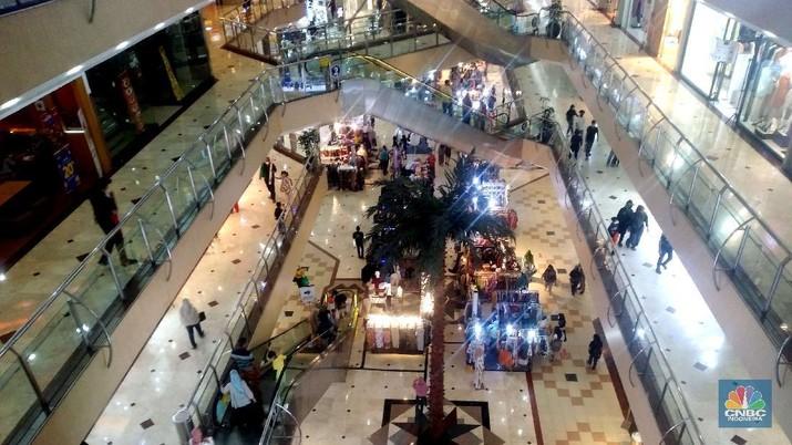 Suasana ramai pengunjung Metropolitan Mall  di Bekasi, Jawa Barat, Jumat (30/10). Kebijakan pembatasan sosial berskala besar (PSBB) transisi yang diterapkan Pemkot Bekasi berdampak positif terhadap iklim usaha di pusat perbelanjaan atau mall. Pasalnya, aktivitas ekonomi di pusat perbelanjaan yang sempat anjlok saat PSBB hingga kini mulai ramai. Adanya libur cuti bersama juga membuat sejumlah warga ramai mengunjungi mall. Ketua Umum Asosiasi Pengelola Pusat Belanja Indonesia (APPBI) Alphonzus Widjaja menilai, dengan adanya kebijakan itu membuat kunjungan ke mall akan kembali berangsur normal, di mana pengunjung bisa mencapai 50% dari kapasitas pusat perbelanjaan.  Pantau CNBC Indonesia sejumlah tenant both pameran di lantai pertama di padati pengunjung. Warga banyak ramai bergantian keluar masuk mall. (CNBC Indonesia/ Muhammad Sabki)