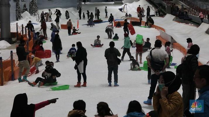Warga berwisata di Trans Snow World Juanda, Kota Bekasi, Jawa Barat, Jumat (30/10/2020). Selama libur cuti bersama sebanyak 4600 orang telah berkunjung ke Trans Snow World Juanda. (CNBC Indonesia/Muhammad Sabki)