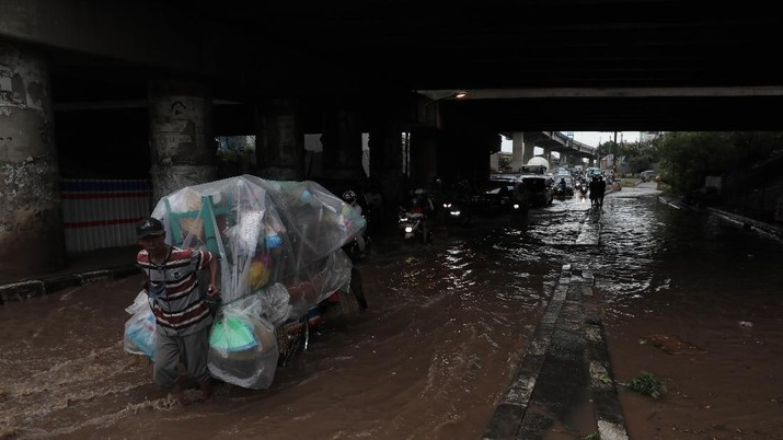 Banjir merendam kolong Tol JORR, depan Grand Kota Bintang, Bekasi Barat, Minggu (1/11/2020).