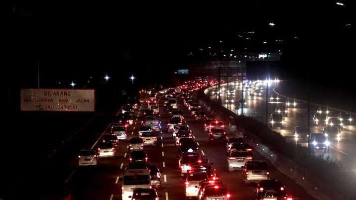 Arus balik menuju Jakarta terpantau padat selama akhir pekan ini. PT Jasa Marga (Persero) mencatat, total volume lalin yang menuju Jakarta hari ini, Minggu (1/11/2020), naik 36,8% jika dibandingkan lalin saat normal.