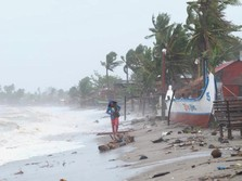 Penampakan Topan Goni yang Hantam Filipina Minggu Pagi