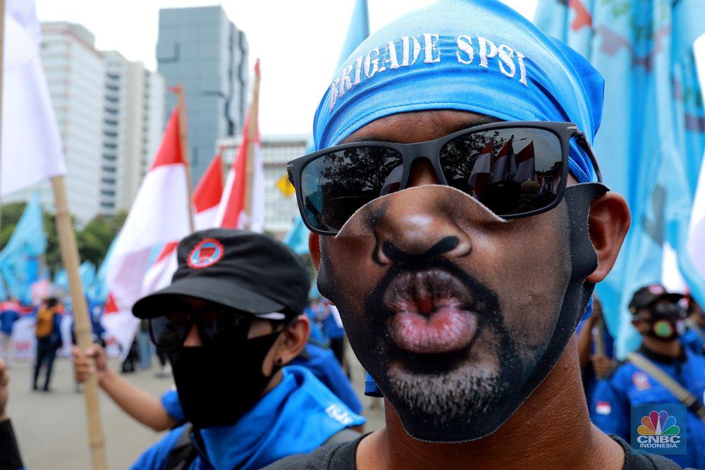 Demo Buruh Tolak Omnibus Law di Patung Kuda (CNBC Indonesia/Tri Susilo)