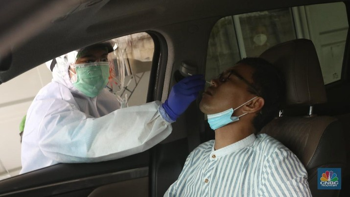 Warga menjalani tes usap atau swab test di GSI Lab (Genomik Solidaritas Indonesia Laboratorium), Cilandak, Jakarta, Senin (2/11/2020). (CNBC Indonesia/Andrean Kristianto)