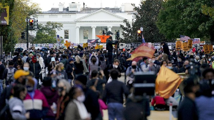 Demonstrators gather outside the White House, Tuesday, Nov. 3, 2020, in Washington. (AP Photo/Jacquelyn Martin)