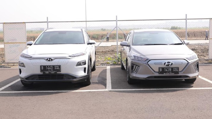 Menko bidang kemaritiman dan investasi Luhut Pandjaitan meninjau pabrik mobil Hyundai di Bekasi. (kemenko marves)