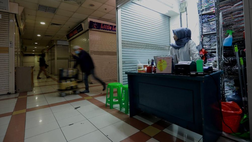 Suasana pertokoan di pasar Tanah Abang Blok B, Jakarta yang sepi akibat pandemi Covid-19, Jumat (6/11/2020). (CNBC Indonesia/Tri Susilo)