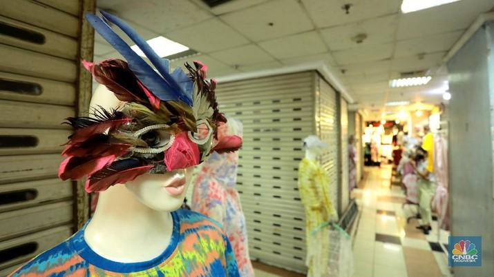 Suasana pusat perbelanjaan di ITC Mangga Dua yang sangat sepi pembeli, puluhan toko ditutup karena minimnya jual beli masyarakat ditengah pandemi, Jumat (6/11/2020). Salah satu pemilik toko menyebutkan untuk menyewa toko dalam setahun sebesar Rp. 50juta harga itu diluar tarif listrik dan kebersihan. (CNBC Indonesia/Tri Susilo)