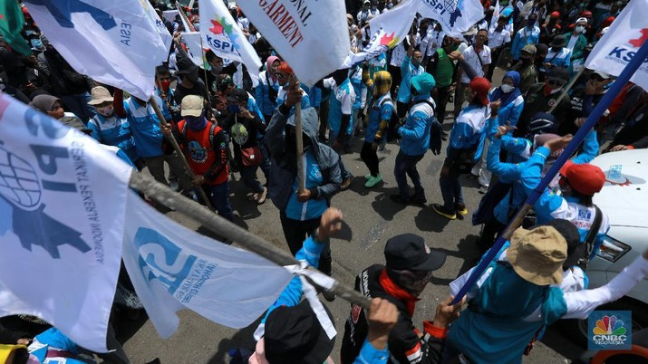Aksi demo buruh yang tergabung dalam Konfederasi Serikat Pekerja Indonesia (KSPI) menggelar aksi unjuk rasa tolak Undang-undang Nomor 11 Tahun 2020 tentang Cipta Kerja di depan Kompleks Parlemen, Senayan, Jakarta, hari ini, Senin (9/11/2020). Aksi digelar untuk mengiringi pengajuan permohonan tinjauan legislatif (legislative review) terhadap UU Cipta Kerja. Permohonan akan diajukan oleh perwakilan buruh di sela-sela aksi. (CNBC Indonesia/ Tri Susilo)