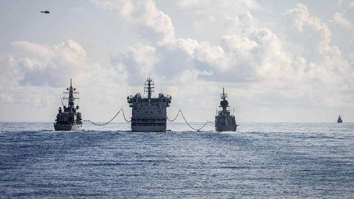 USS John S. McCain, Japan's JS Onami and Australia's HMAS Ballarat conduct a replenishment-at-sea with India's INS Shakti in the Indian Ocean on Wednesday during exercise #Malabar. #Interoperability #NavyPartnerships .    (Tangkapan Layar Twitter @USPacificFleet)