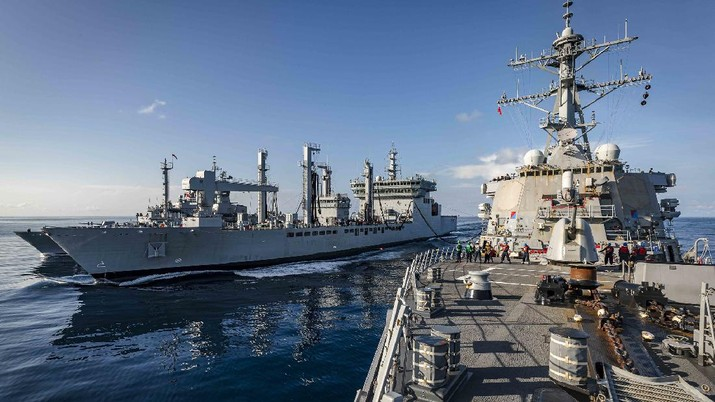 USS John S. McCain, Japan's JS Onami and Australia's HMAS Ballarat conduct a replenishment-at-sea with India's INS Shakti in the Indian Ocean on Wednesday during exercise #Malabar. #Interoperability #NavyPartnerships .    (Tangkapan Layar Twitter @USPacificFleet)