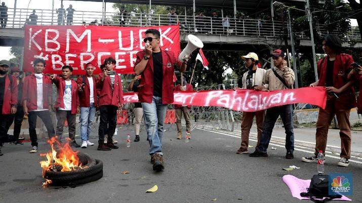Mahasiswa dari berbagai Universitas membakar ban dan berorasi di kawasan Patung Kuda menolak UU Cipta Kerja, Jakarta, Selasa, 10/11. Terlihat massa aksi dari berbagai elemen buruh juga ikut menyalakan flare asap saat berunjuk rasa. Tuntutan yang disuarakan dalam aksi hari ini tetap sama dengan aksi-aksi sebelumnya, yakni meminta Presiden Joko Widodo membatalkan UU Cipta Kerja lewat Perppu. Tuntutan ini tak berubah meski Jokowi telah menandatangani UU yang disusun dengan skema omnibus law itu. (CNBC Indonesia/ Muhammad Sabki)