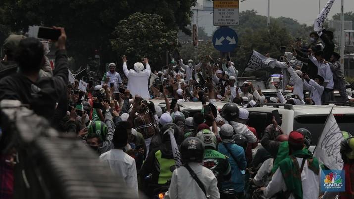 Imam Besar Front Pembela Islam (FPI), Habib Rizieq Shihab saat di keluar Tol Grogol-Slipi, Jakarta, Selasa (10/11). Pantauan CNBC Indonesia Pentolan FPI itu terlihat menggunakan mobil Pajero Dengan No polis B 1 FPI. Ia juga melambaikan tangan ke warga yang menanti kedatangannya. Pantauan lalu lintas terlihat macet saat HRS tiba di kawasan keluar tol Slipi. Rombongan Habib Rizieq langsung menuju Petamburan, Tanah Abang, Jakarta Pusat. (CNBC Indonesia/ Muhammad Sabki)